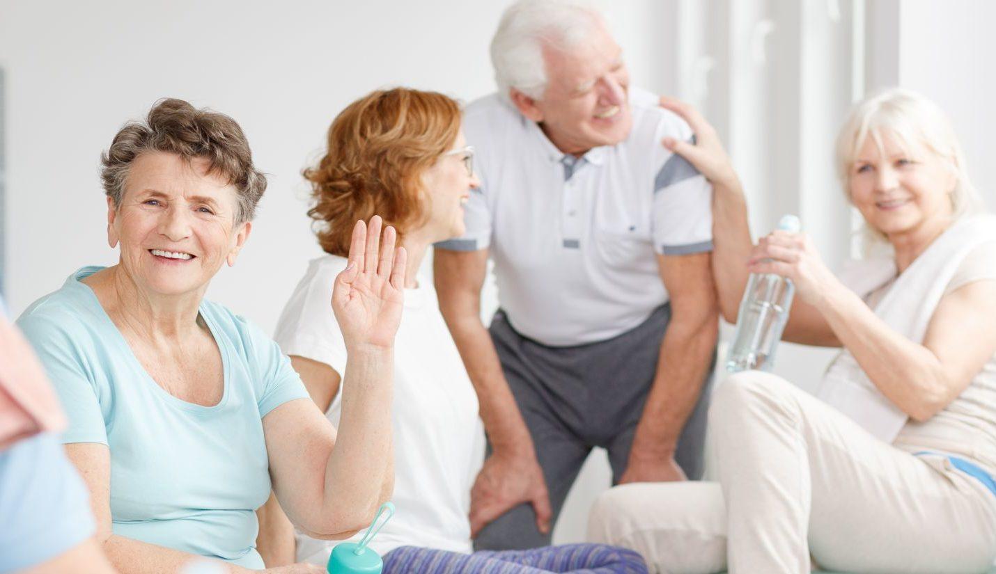 Eine Gruppe fröhlicher älterer Menschen