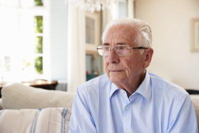 Einsamer älterer Mann