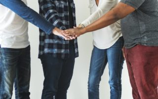Hände bilden ein Netzwerk