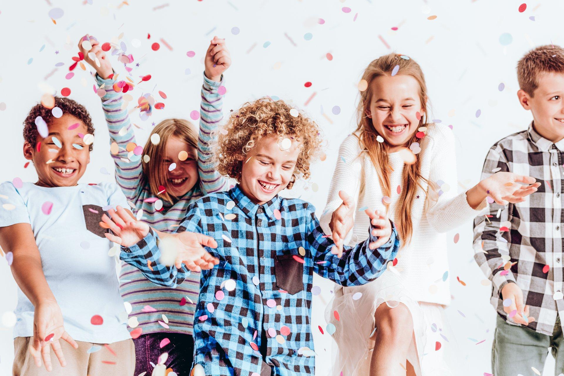 Lachende Kinder im Konfettiregen